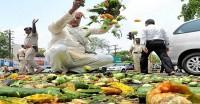 रिश्वतखोरी से त्रस्त किसानों ने सचिवालय के गेट पर फेंकी सब्जियां