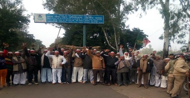 किसानों और मजदूरों की समस्याओं को लेकर बुधवार को ग्रामीण भारत बंद के दौरान बिजनौर के दतियाना पर रोड़ शांतिपूर्वक प्रदर्शन करते किसान
