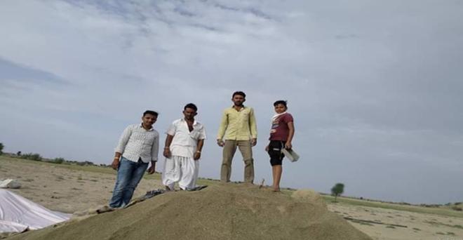 राजस्थान के जैसलमेर में मंडियां बंद होने के कारण किसान खुले में फसल रखने को मजबूर हैं