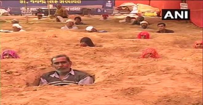 राजस्थान, जयपुर के निंदर गांव में जयपुर विकास प्राधिकरण (जेडीए) द्वारा अपनी भूमि के अधिग्रहण के खिलाफ प्रदर्शन करने के लिए किसानों ने जमीन समाधि सत्याग्रह किया