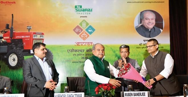 कृषि मंत्री नरेंद्र सिंह तोमर का स्वागत करते आउटलुक समूह के सीईओ इंद्रनील रॉय। साथ में हैं आउटलुक के संपादक हरवीर सिंह और आउटलुक अंग्रेजी के एडिटर-इन-चीफ रुबेन बनर्जी