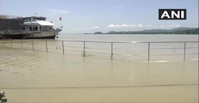 असम में हो रही भारी वर्षा के बाद गुवाहाटी में ब्रह्मपुत्र नदी का जल स्तर बढ़ गया है