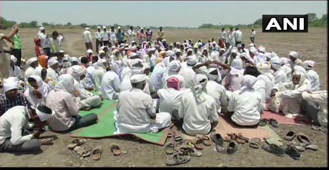 महाराष्ट्र के औरंगाबाद में गोदावरी में पानी छोड़ने की मांग को लेकर ग्रामीणों ने प्रदर्शन किया, किसानों का कहना है कि आज रात तक पानी नहीं छोड़ा गया तो 30 तारीख को अधिकारियों के घरों के सामने बैठेंगे