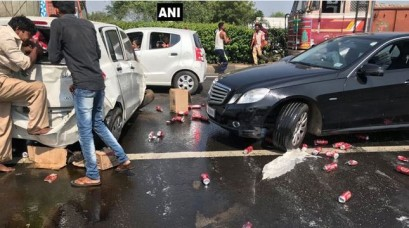 ड्राई स्टेट गुजरात में बियर से भरी कार पलटी, लोगों में मची लूट, देखें तस्वीरें