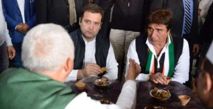 IN PICS: अमेठी जाते समय ढाबे पर रुककर राहुल गांधी ने ली चाय की चुस्कियां, खाए पकौड़े