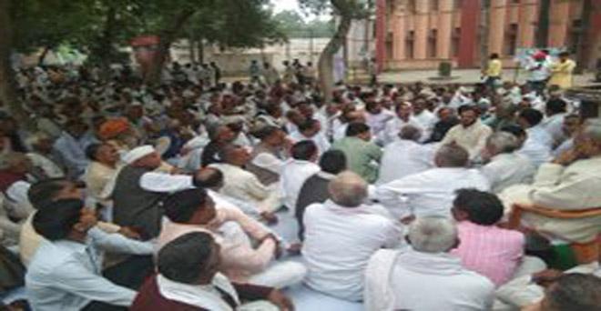 प्रदेश एवं केंद्र सरकार की जन एवं किसान विरोधी नीतियों के खिलाफ आज मथुरा में राष्ट्रीय लोकदल पदाधिकारियों व कार्यकर्ताओं ने धरना-प्रदर्शन किया।