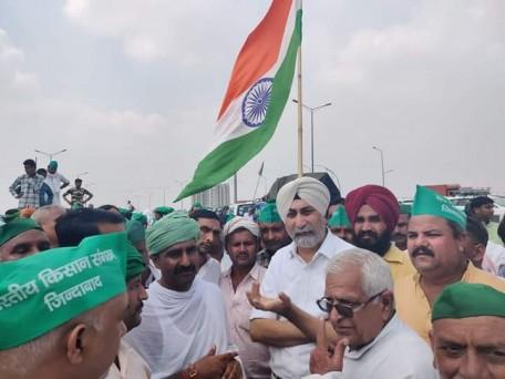 किसानों की मांगों के समर्थन में भारतीय किसान संगठन द्वारा दिए जा रहे धरने पर अखिल भारतीय किसान संघर्ष समन्वय समिति (एआईसेएससीसी) के संयोजक वीएम सिंह भी पहुंचे