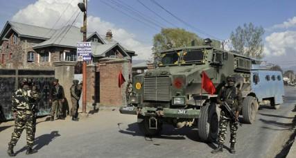 श्रीनगर में सीआरपीएफ के काफिले पर हमला, 6 जवान जख्मी
