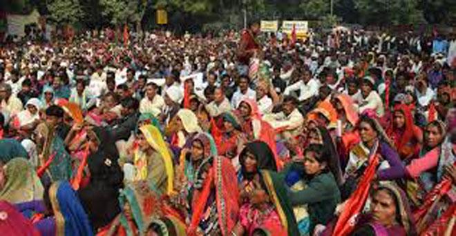 आदिवासियों के आंदोलन में बड़ी संख्या में महिलाओं ने भाग लिया, इनकी मांग है कि सरकार वन अधिकार अधिनियम 2006 को सही ढंग से लागू करे