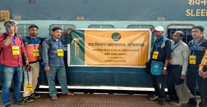 29-30 नवंबर 2019 को दिल्ली में आयोजित अखिल भारतीय किसान संघर्ष समन्वय समिति के सम्मेलन में भाग लेने के लिए हावड़ा रेलवे स्टेशन पर पहुंचे जय किसान आंदोलन के प्रतिनिधि