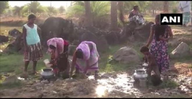 छत्तीसगढ़ के दंतेवाड़ा के पखनाचुआन गाँव के निवासी तीव्र जल संकट का सामना कर रहे हैं और एक गड्ढे से पानी लेने को मजबूर हैं। ग्रामीणों के अनुसार हम सालों से गड्ढे का पानी पी रहे हैं, प्रशासन से कोई मदद नहीं मिल रही।