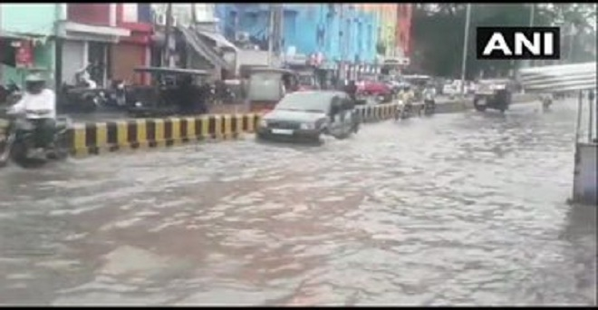 उत्तर प्रदेश के प्रयागराज में आज हुई बारिश के बाद सड़क पर जलभराव हो गया