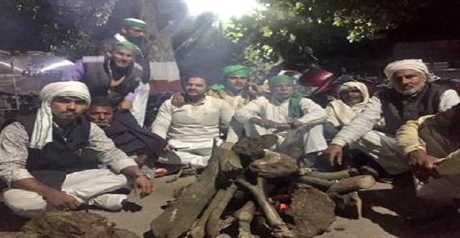 गन्ना किसानों की समस्याओं को लेकर मुजफ्फरनगर कलक्ट्रेट पर भाकियू का धरना, रात्रि में भी जमे किसान