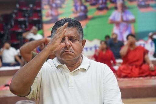 अंतरराष्ट्रीय योग दिवस के अवसर पर पटना में योग करते केंद्रीय कानून और आईटी मंत्री रविशंकर प्रसाद