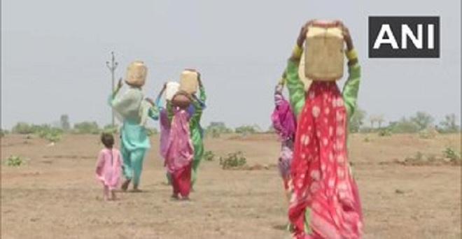 मध्य प्रदेश के सीहोर के पाटनी गांव के स्थानीय लोग पानी लाने के लिए रोजाना कम से कम 2 किलोमीटर की यात्रा करते हैं। ग्रामीण कहते हैं कि हमारे गाँव में पानी नहीं है तथा बढ़ती गर्मी हमारे जीवन को मुश्किल बना रही है