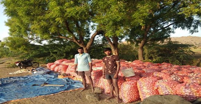 लॉकडाउन के दौरान किसान प्याज खरीदने का आग्रह करते हुए किसान, कुरनूल के सेखर के अनुसार उसके पास पांच ट्रक प्याज है, जिसको खरीदने में कोई उसकी मदद करे