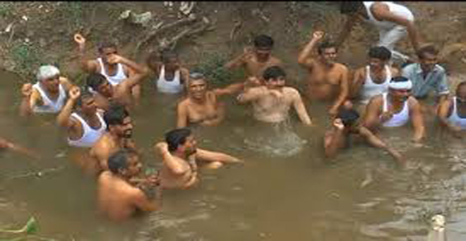 ऐलनाबाद के बेहरवाला में टेल पर पानी की मांग को लेकर किसानों का जल सत्याग्रह आंदोलन