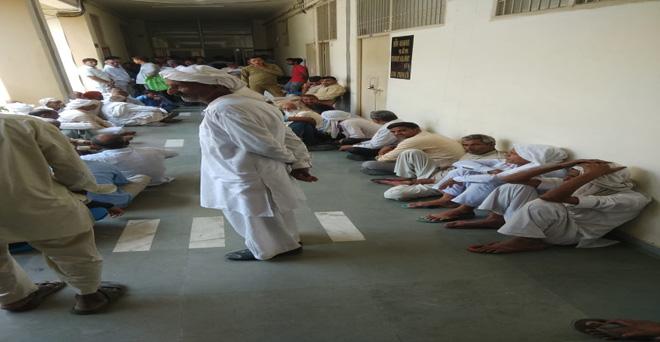 पटौदी मंडी, जिला गुड़गांव के किसान सरसों की खरीद ना होने से एसडीएम के दफ्तर के बाहर धरने पर बैठ गए