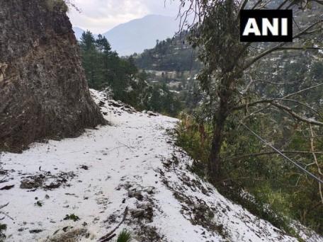 हिमाचल प्रदेश की कुल्लू घाटी में भारी ओलावृष्टि ने तबाही मचाई। कुल्लू जिले की शिया और गदसा में सब्जियों के साथ सेब की फसलों को नुकसान हुआ