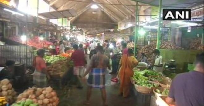 कोरोना वायरस के कारण देशभर में चल रहे लॉकडाउन के बीच तमिलनाडु स्थित चेन्नई के कोयम्बेडु थोक बाजार में खरीददारी करते लोग