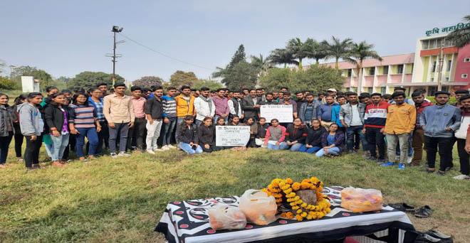 कृषि महाविद्यालय इंदौर के विद्यार्थियों ने किसान दिवस मनाया, साथ ही किसानों के मूद्दो पर चर्चा भी की