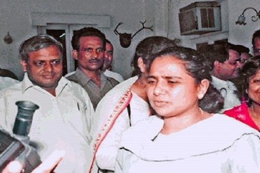 story of guest house incident that bsp supremo mayawati which lead to  conflict with mulayam singh yadav : Outlook Hindi