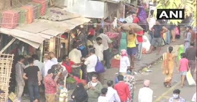 कोरोना वायरस के कारण देशभर में चल रहे लॉकडाउन के बीच मुंबई कके बाइकुला सब्जी बाजार में खरीददारी करते लोग