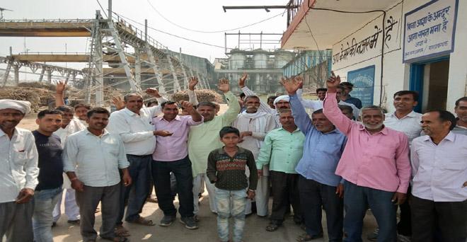 गन्ना किसान बकाया पर ब्याज मिलने की खबर आने के बाद अमरोहा जिले की वेव शुगर मिल खुशी में मिठाई बांटते हुए, राष्ट्रीय किसान मजदूर संगठन ने दायर की थी याचिका