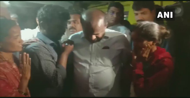 कर्नाटक के मुख्यमंत्री एचडी कुमारस्वामी मंगलवार को आत्महत्या करने वाले किसान के घर पहुंचे। किसान ने पानी की कमी के कारण आत्महत्या कर ली थी। मुख्यमंत्री ने मुआवजे के रूप में 5 लाख रुपये देने की घोषणा की।