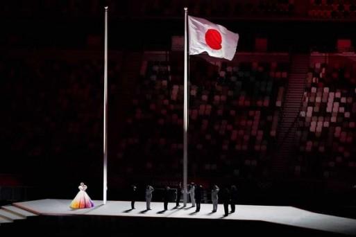 टोक्यो ओलंपिक 2020: उद्घाटन समारोह के दौरान स्टेडियम में जापान का झंडा फहराते अधिकारी
