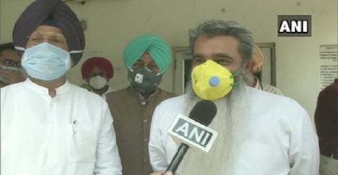 पंजाब के खाद्य और नागरिक आपूर्ति मंत्री भारत भूषण आशु ने राज्य की खन्ना मंडी में गेहूं की खरीद का जायजा लिया