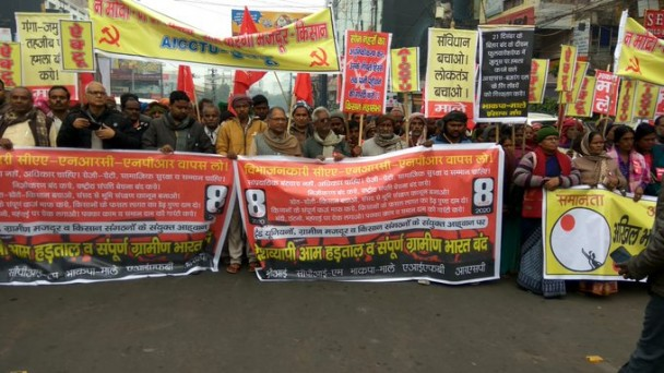 बिहार के पटना में किसानों द्वारा ग्रामीण भारत बंद का आयोजन किया गया, जिसमें बड़ी संख्या में महिला किसानों ने भाग लिया