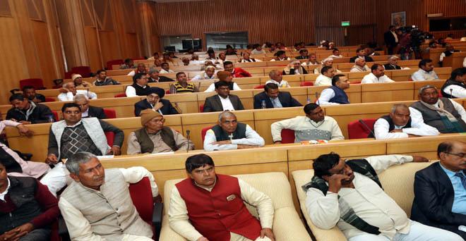 आउटलुक एग्रीकल्चर कॉनक्लेव एंड स्वराज अवॉर्ड्स में केंद्रीय कृषि मंत्री राधा मोहन सिंह को सुनते हुए किसान