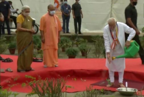 प्रधानमंत्री नरेंद्र मोदी ने लगाया कुशीनगर में बोधि वृक्ष का पौधा