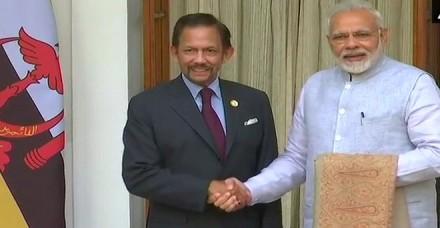 आसियान सम्मेलन: खास अंदाज में भारत पहुंचे ब्रुनेई के सुल्तान, खुद उड़ा कर लाए प्लेन