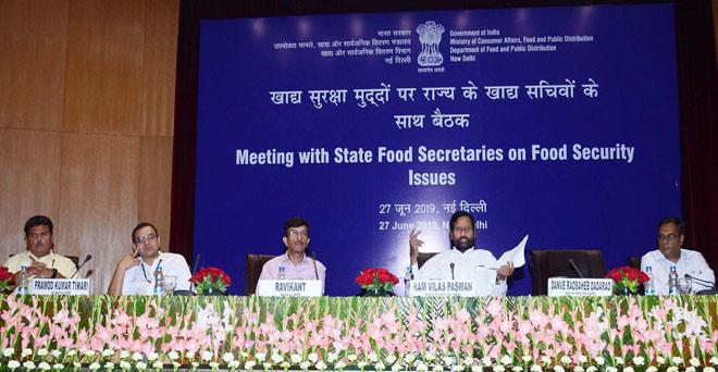 केंद्रीय उपभोक्ता मामले, खाद्य और सार्वजनिक वितरण मंत्री रामविलास पासवान ने नई दिल्ली में खाद्य सुरक्षा मुद्दो पर राज्यों के खाद्य सचिवो के साथ बैठक की