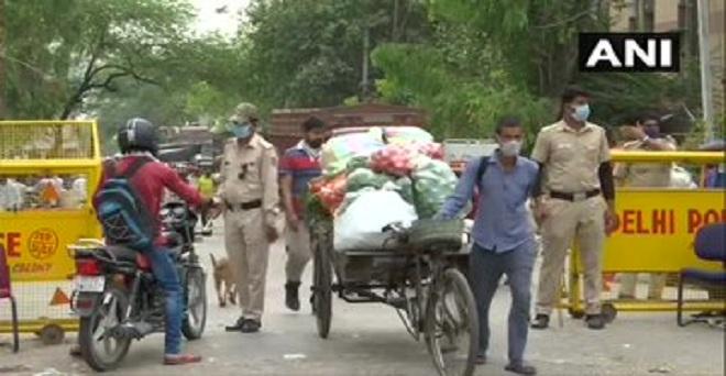 कोरोना वायरस महामारी के बीच ओखला सब्जी मंडी से खरीददारी करते हुए लोग