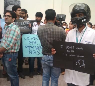 पश्चिम बंगाल में डॉक्टरों के खिलाफ हिंसा के विरोध में भुवनेश्वर  में अखिल भारतीय आयुर्विज्ञान संस्थान में विरोध प्रदर्शन करते डॉक्टर