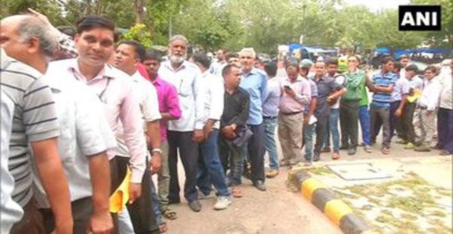 दिल्ली में सरकार द्वारा बेचे जा रहे प्याज को खरीदने के लिए लोगों की कतार