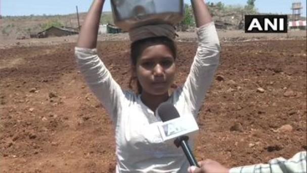 अमरावती में मेलघाट और आसपास के क्षेत्रों के ग्रामीणों का दावा है कि वे पानी के गंभीर संकट का सामना कर रहे हैं, पानी लाने के लिए चट्टानी इलाके में मीलों पैदल चलना पड़ता है।