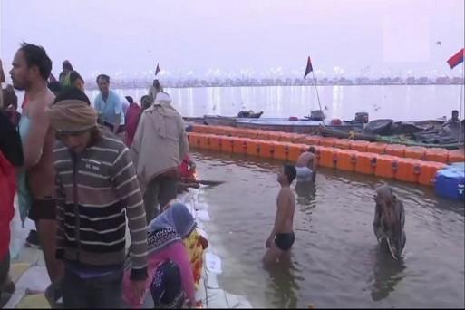प्रयागराज कुंभ मेले में त्रिवेणी संगम पर पवित्र स्नान करते श्रद्धालु