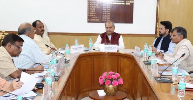 केंद्रीय कृषि मंत्री से नरेंद्र सिंह तोमर से मुलाकात करते अनुराग ठाकुर और झारखंड के मुख्यमंत्री तथा अन्य अधिकारी। बैठक में झारखण्ड के अधिक से अधिक किसानों को प्रधानमंत्री किसान योजना का लाभ पहुँचाने के सम्बंध में विस्तृत चर्चा हुई।