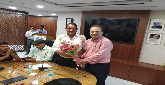 नेफेड के नवनिर्वाचित अध्यक्ष डॉ. बिजेंद्र सिंह का स्वागत करते हुए नेफेड के मैनेजिंग डायरेक्टर संजीव कुमार चड्ढा और अन्य अधिकारीगण
